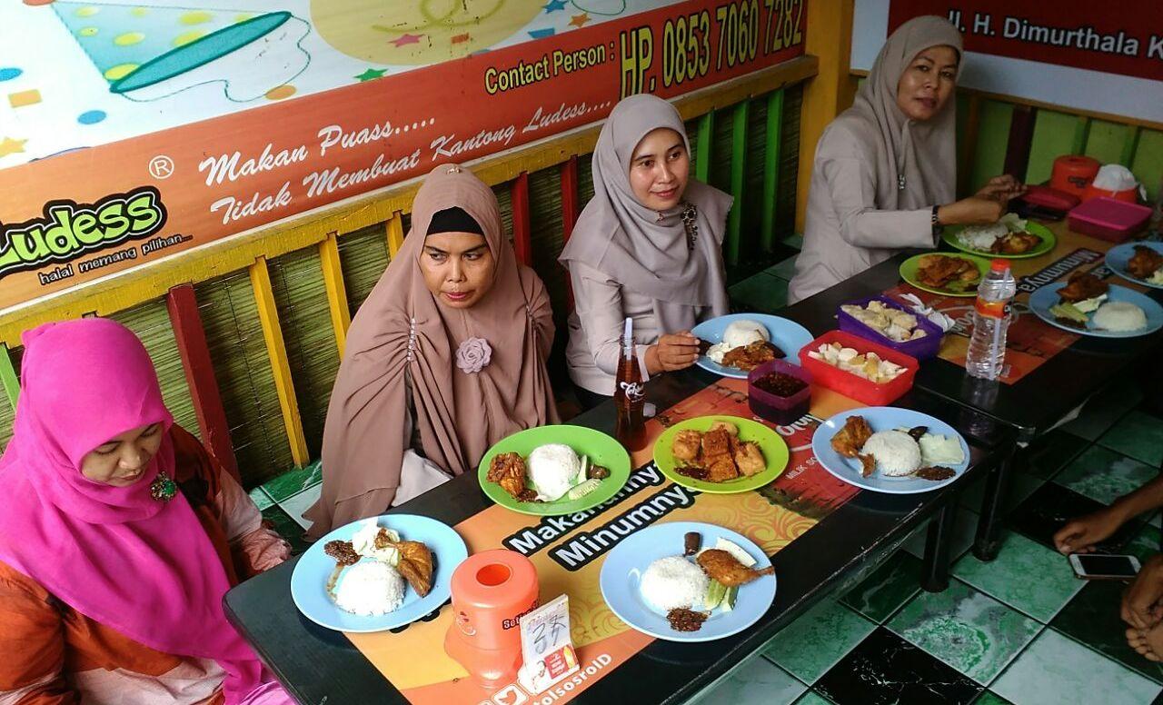 Suasana Keakraban Pegawai Unit Perpustakaan Poltekkes Kemenkes Aceh