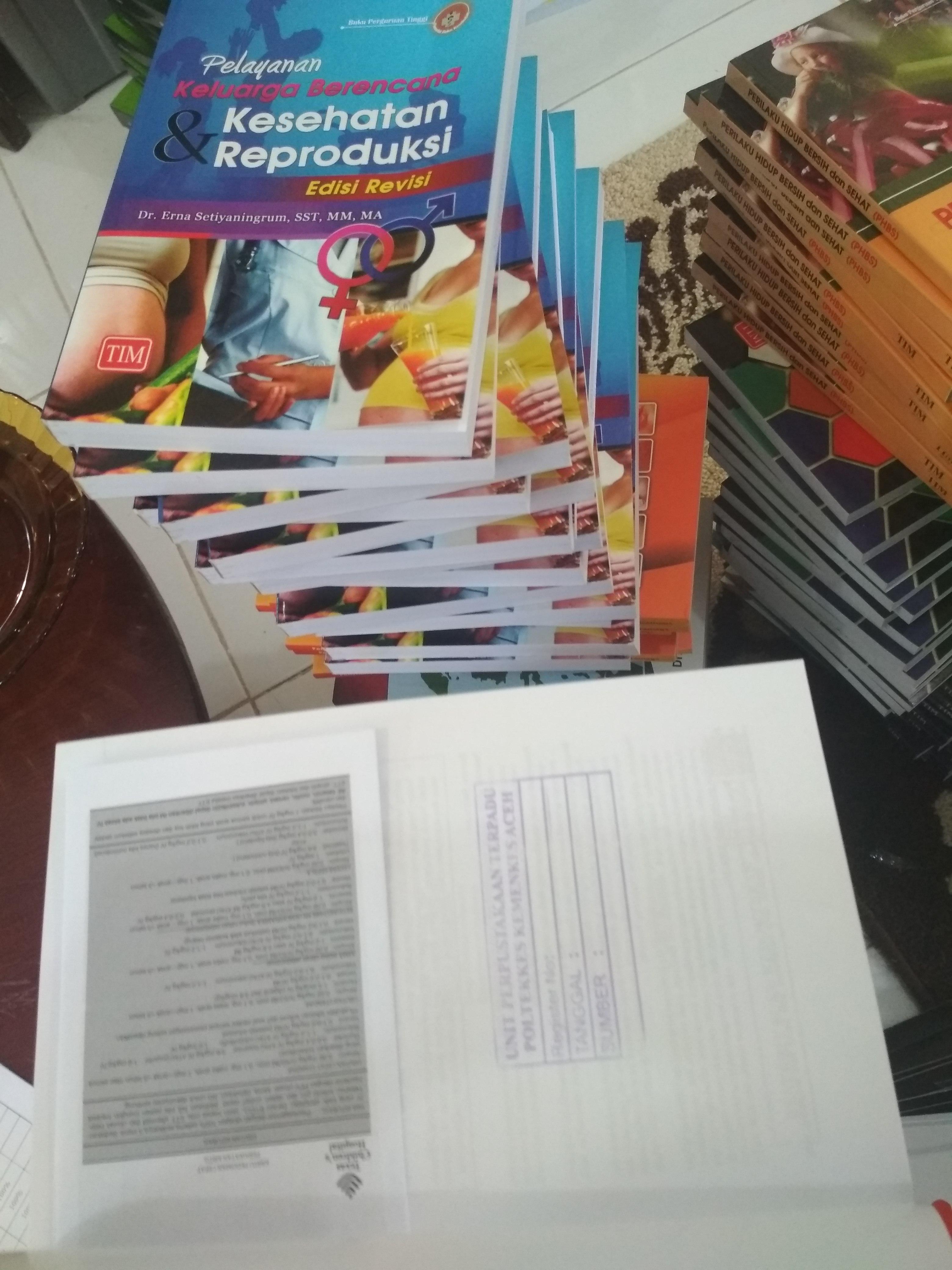 Tim Pustaka Poltekkes Aceh Bedah Koleksi Perpustakaan